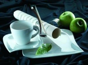 Gechirr Set Verso by Mäser, Serie La Musica, Kombiservice 30-teilig mit je 6 Tassen, Untertassen, Desserteller, Teller tief und Teller flach, besticht mit beständigem Porzellan und glänzt im Alltag